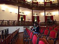 De nye stole i det nyrenoverede teater