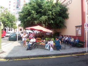 På torvet ved markedet og bag Teatro Chico sidder der altid mange mænd.